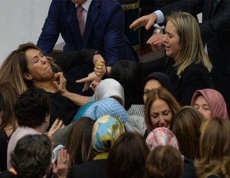 """شاهد معركة نسائية """"ضرب وصفع """" في البرلمان التركى  """"صورة """""""